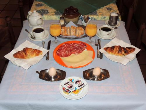 Breakfast options available to guests at Hotel Del Pesce