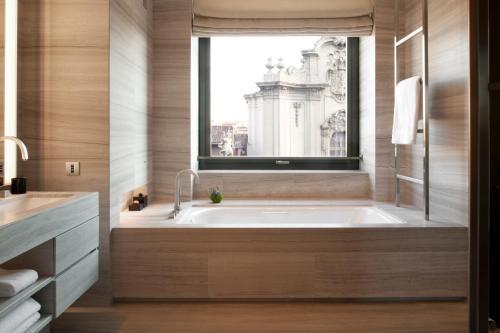 Salle de bains dans l'établissement Armani Hotel Milano