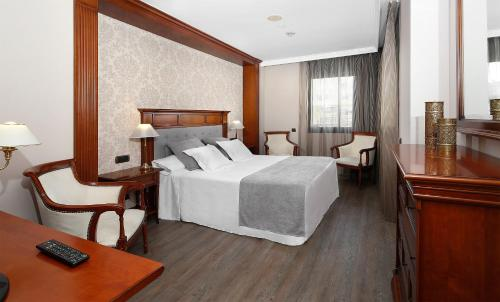 A bed or beds in a room at Apartaments-Hotel Hispanos 7 Suiza