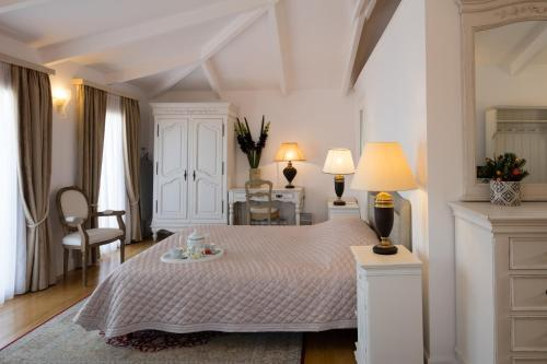 A bed or beds in a room at Hotel Boschetto