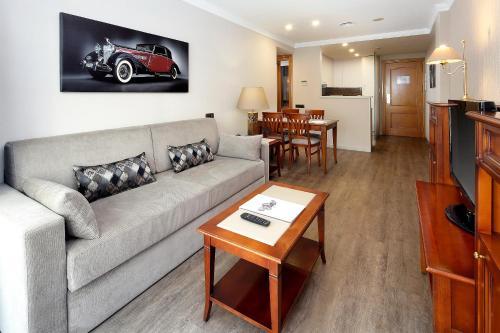 A seating area at Apartaments-Hotel Hispanos 7 Suiza