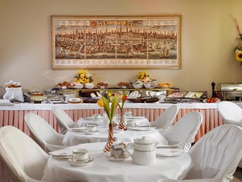 Um restaurante ou outro lugar para comer em Hotel Amadeus
