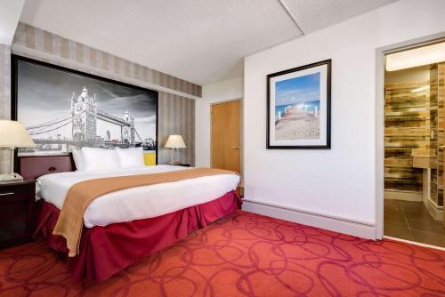 A bed or beds in a room at Madison Hotel Boardwalk