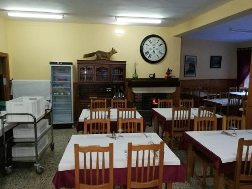 A restaurant or other place to eat at Hostal Poncebos