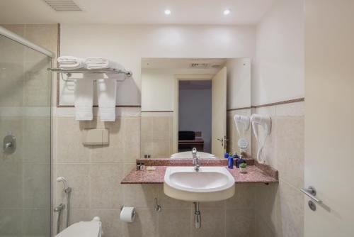 A bathroom at Intercity Caxias do Sul