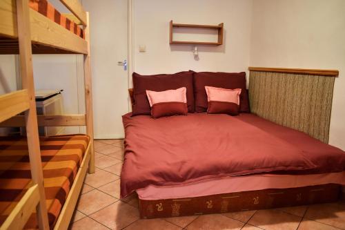 Eszti Mama Vendégháza emeletes ágyai egy szobában