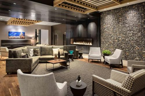 A seating area at Doubletree By Hilton Greeley At Lincoln Park