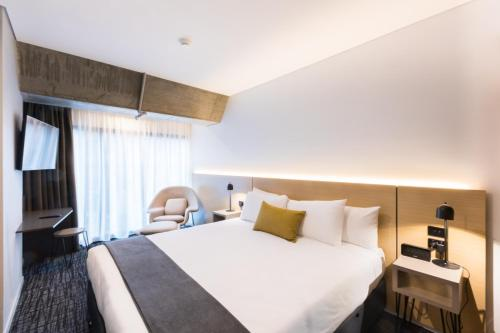 A bed or beds in a room at Song Hotel Sydney