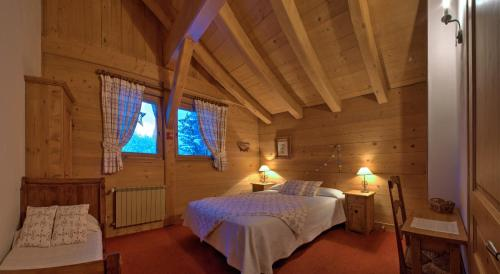 """A bed or beds in a room at Lou Stalet au Pays du Mont Blanc """"Charmance"""""""