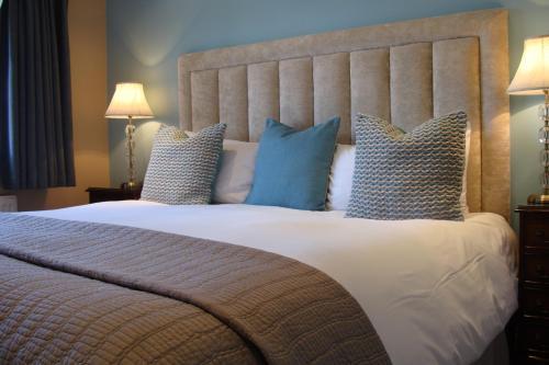 Gulta vai gultas numurā naktsmītnē Pinfield Boutique Hotel