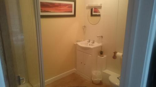 A bathroom at Seven Stars Inn