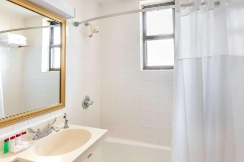 حمام في نزل رمادا جيرسي سيتي