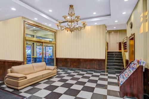 The lobby or reception area at Hillcrest Hotel Near JFK Airtrain