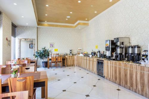 A restaurant or other place to eat at Ramada by Wyndham Flushing Queens