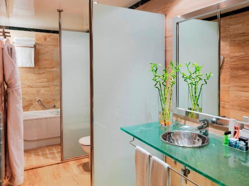 A bathroom at H10 Marina Barcelona