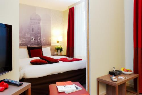 A bed or beds in a room at Aparthotel Adagio Muenchen City
