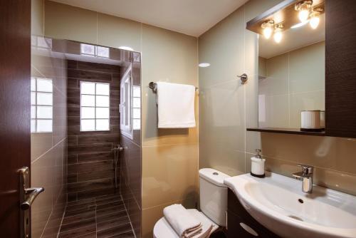 A bathroom at Dorian Boutique Hotel-Apartments