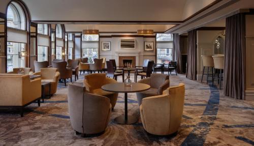 The lounge or bar area at Hilton Glasgow Grosvenor Hotel