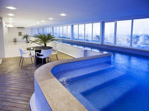 A piscina localizada em Plaza São Rafael Hotel ou nos arredores