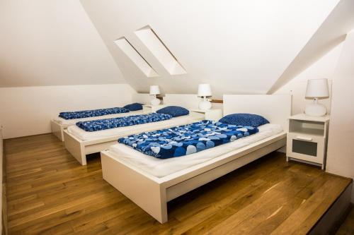Een bed of bedden in een kamer bij Hostel One Míru