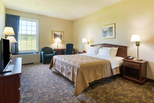 A bed or beds in a room at Quality Inn & Suites Schoharie near Howe Caverns