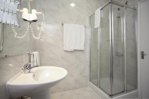 A bathroom at Hotel São Miguel