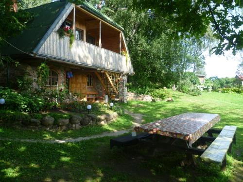 A garden outside Rūši