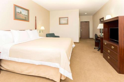 A bed or beds in a room at Days Inn by Wyndham Colorado Springs Airport