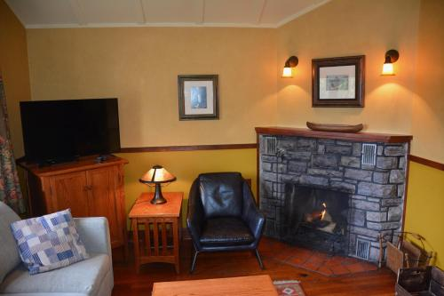 A seating area at Johnston Canyon Lodge & Bungalows