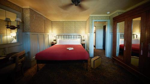 Cama o camas de una habitación en The Jane Hotel