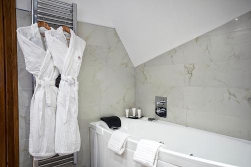A bathroom at Hôtel & Spa Le Bouclier D'or