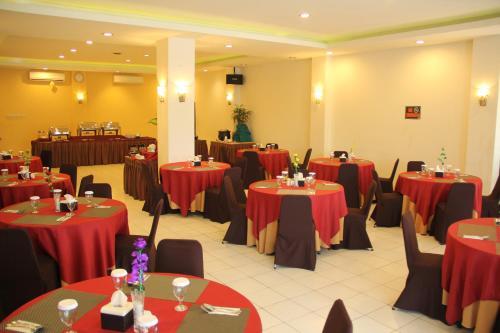 A restaurant or other place to eat at Hotel Bandara Syariah