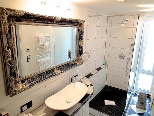A bathroom at Hotel Loccumer Hof