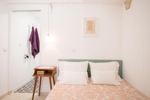 A bed or beds in a room at Little studio for two-Alfama