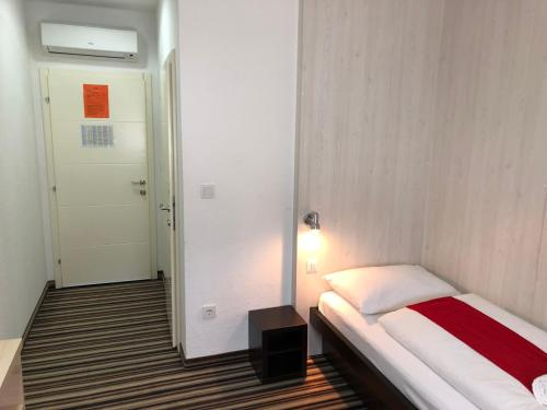 A bed or beds in a room at ParkCity Rooms and Apartments