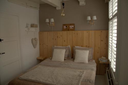 A bed or beds in a room at De Slapende Leeuw
