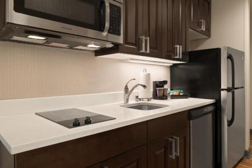 A kitchen or kitchenette at Homewood Suites By Hilton Milwaukee Downtown