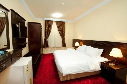 سرير أو أسرّة في غرفة في رويال المشاعر