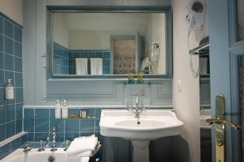 A bathroom at Château de La Ballue - Les Collectionneurs