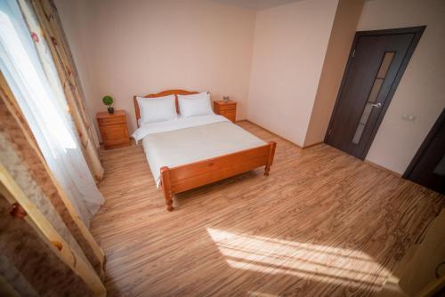 Кровать или кровати в номере InnDays on Teply Stan