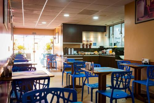 A restaurant or other place to eat at Espaço 345 Hotel