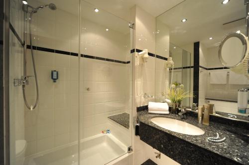 A bathroom at Hotel Müggelsee Berlin