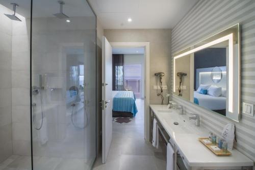 A bathroom at Suitopía - Sol y Mar Suites Hotel