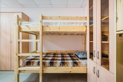 Двухъярусная кровать или двухъярусные кровати в номере Hostel AntHill