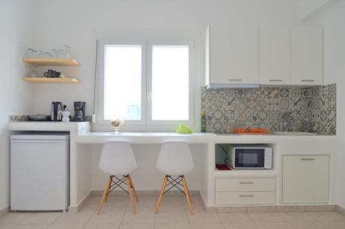 Кухня или мини-кухня в Hotel Glaronissia Rooms & Suites