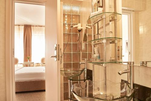 A bathroom at Continental Forum Oradea