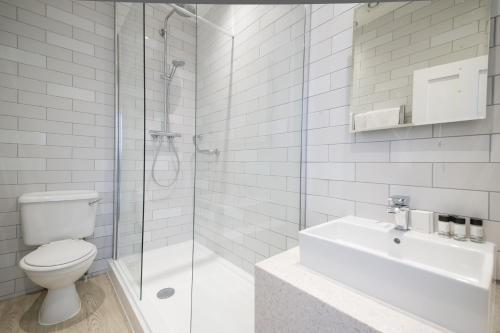 A bathroom at Innkeeper's Lodge Maidstone