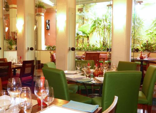 A restaurant or other place to eat at Hotel Casa do Amarelindo