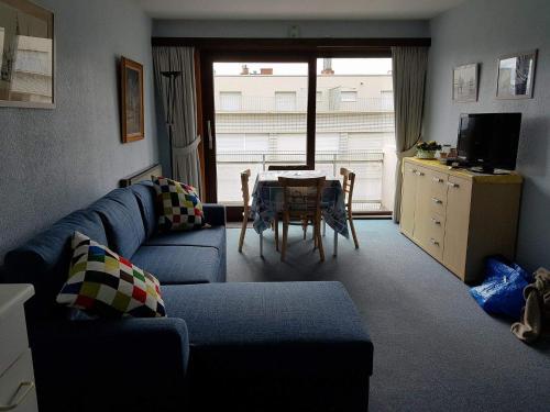 Een zitgedeelte bij Zonnig Appartement met Zeezicht