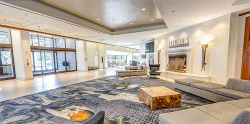 The lobby or reception area at DoubleTree by Hilton San Jose